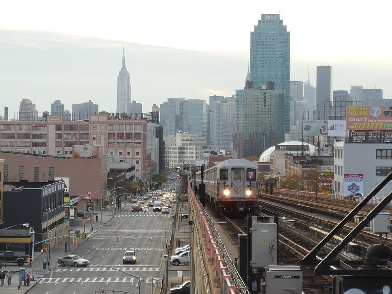 Flushing bound R62A train arriving at 40th Street–Lowery Street